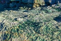Mar calmo de costa de mar A sem ondas Um grande pedregulho Águas transparentes do mar adriatic foto de stock