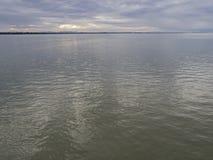 Mar calmo no céu da manhã Fotografia de Stock Royalty Free