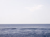 Mar calmo no meio do dia Fotos de Stock Royalty Free