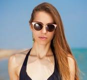 Mar Cara, gafas de sol, pendientes, bikini, cierre para arriba Imagenes de archivo