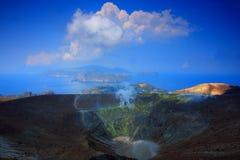 Mar, cielo azul y cráter imagenes de archivo