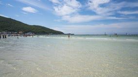 Mar claro e praia tropical arenosa branca na ilha, na cidade Chonburi Tailândia de Pattaya da ilha do lan do koh da praia de Ta W imagem de stock