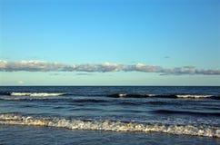 Mar claro en Italia con un cielo claro Foto de archivo libre de regalías
