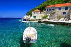 Mar claro y casas de piedra viejas en la isla Lastovo, Croacia Fotografía de archivo