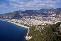 Mar, colina y playa en Alanya Fotografía de archivo