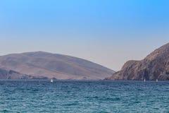 Mar com montanha e o iate pequeno, Croácia de Baska Imagem de Stock