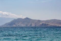 Mar com montanha e windsurfe, Croácia de Baska Imagem de Stock