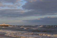 Mar com ondas contra um c?u nebuloso fotos de stock royalty free