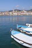 Mar com reflexões, porta velha com barcos de pesca Fotografia de Stock Royalty Free