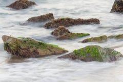Mar com rochas foto de stock