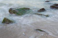 Mar com rochas fotografia de stock royalty free