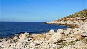 Mar com rochas fora vídeos de arquivo