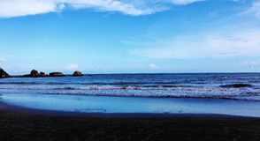 Mar con el cielo azul precioso caliente Fotos de archivo