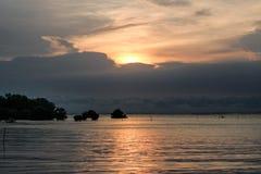 Mar con el cielo del crepúsculo del sol Imagen de archivo libre de regalías