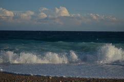 Mar con las ondas y la nube Foto de archivo