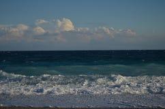 Mar con las ondas y la nube Foto de archivo libre de regalías
