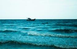 Mar con las ondas y nave en horizonte Imagenes de archivo