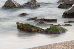 Mar con las rocas foto de archivo