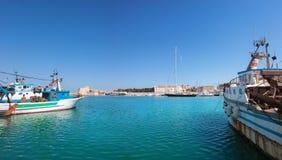 Mar con los barcos y vista de la ciudad italiana vieja, pamorama imagen de archivo