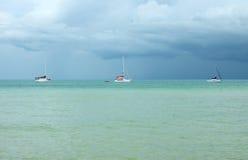 Mar con los yates antes de la tormenta Imágenes de archivo libres de regalías