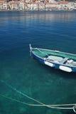 Mar con reflexiones, acceso viejo con el barco de pesca Fotos de archivo