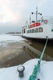 Mar congelado barco blanco imagen de archivo