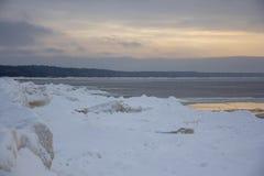 Mar congelado com as pilhas do gelo no mar Báltico fotos de stock royalty free