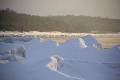 Mar congelado com as pilhas do gelo no mar Báltico imagens de stock royalty free