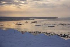 Mar congelado com as pilhas do gelo no mar Báltico imagem de stock