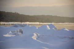 Mar congelado com as pilhas do gelo no mar Báltico fotos de stock