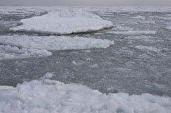 Mar congelado no golfo da banquisa de gelo de flutuação de Odessa Black Sea Imagem de Stock