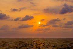 Mar contra el cielo de la puesta del sol Paisaje marino hermoso Composit natural Imagen de archivo