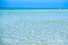 Mar cristalino del agua transparente en Maldive del Salento Apulia Italia Imágenes de archivo libres de regalías