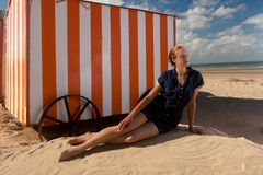 Mar da cabine da praia da menina, De Panne, Bélgica fotos de stock