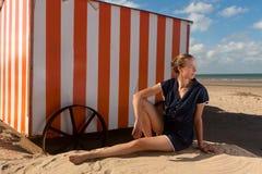 Mar da cabine da praia da mulher, De Panne, Bélgica foto de stock