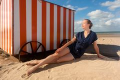 Mar da cabine da praia da mulher, De Panne, Bélgica imagem de stock royalty free