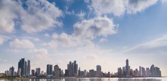 Mar da construção da skyline da Cidade do Panamá do panorama Imagens de Stock