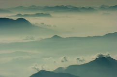 Mar da névoa, nuvens de cúmulo-nimbo de Corfu e picos de montanha Imagem de Stock Royalty Free
