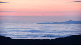 Mar da paisagem da névoa nas montanhas Fotografia de Stock Royalty Free