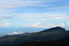 Mar da paisagem da névoa nas montanhas foto de stock royalty free