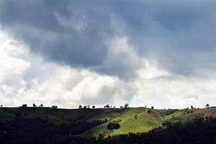 Mar da paisagem da névoa nas montanhas foto de stock
