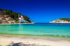 Mar da praia e dos azuis celestes em Porto de Soller Fotografia de Stock Royalty Free