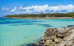 Mar das caraíbas com palmas verdes, o céu nebuloso azul e o Rocky Coast Travel Destination por feriados fotografia de stock royalty free