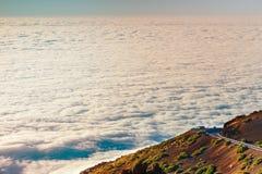 Mar das nuvens abaixo da cimeira do vulcão de Teide em Tenerife imagem de stock royalty free