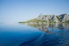 Mar de adriático e montanhas bonitas na manhã Fotografia de Stock Royalty Free