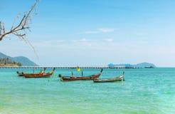 Mar de Andaman com os barcos tradicionais Rawai do longtail Foto de Stock Royalty Free
