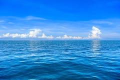 Mar de Andaman e céu azul brilhante Fotos de Stock