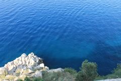 Mar de Azure Adriatic e costa rochosa imagem de stock