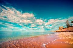 Mar de Azure Mediterranean na manhã ensolarada imagem de stock