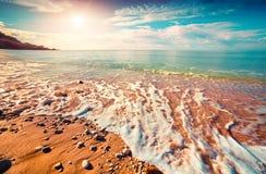 Mar de Azure Mediterranean na manhã ensolarada fotografia de stock
